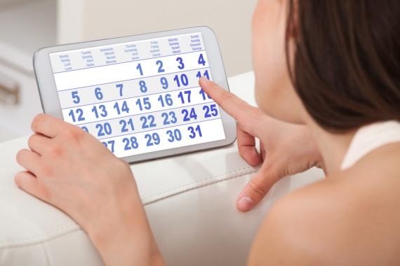 カレンダーで生理周期を確認する女性
