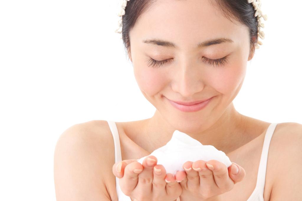 洗顔料を泡立てる女性