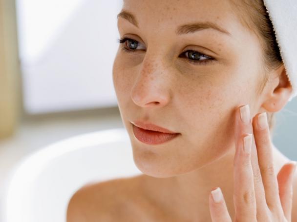 鏡を見る敏感肌の女性